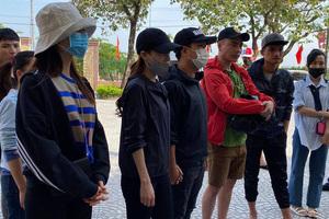 Vợ chồng Trường Giang và Nhã Phương đi cứu trợ miền Trung