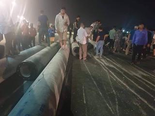 Cột bê tông rơi từ xe đầu kéo, văng vào xe khách trên cao tốc