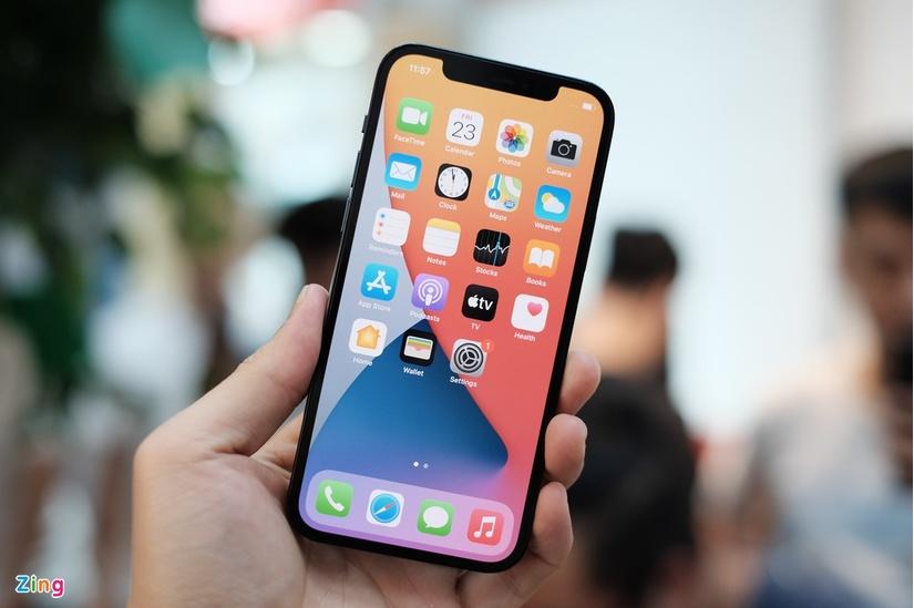 Những chiếc iPhone 12 đầu tiên về Việt Nam, rẻ nhất 23 triệu đồng.3