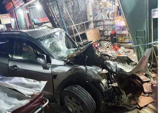 Xe tải tông xe 7 chỗ rồi lao vào nhà dân khiến 2 người chết, 5 người bị thương nặng