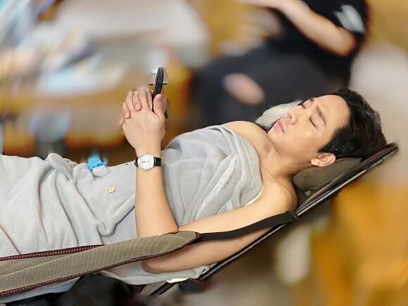 Hari Won đăng ảnh 'dìm hàng' Trấn Thành vừa xem điện thoại vừa ngủ