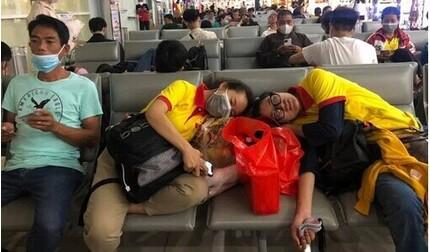 Trang Trần kiệt sức ngủ gục trên tàu và sân bay khi đi cứu trợ miền Trung