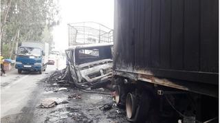 Sau cú đấu đầu trên quốc lộ, xe tải và container cháy rụi