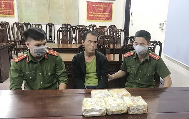 Bắt cán bộ y tế người Lào vận chuyển 5kg ma túy