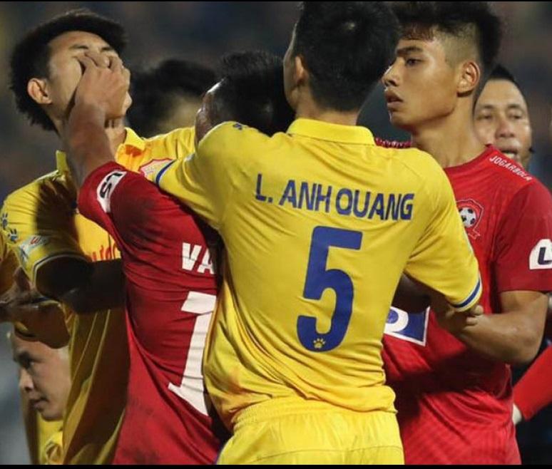 Nguyễn Văn Hạnh tố bị cầu thủ Nam Định siết cổ