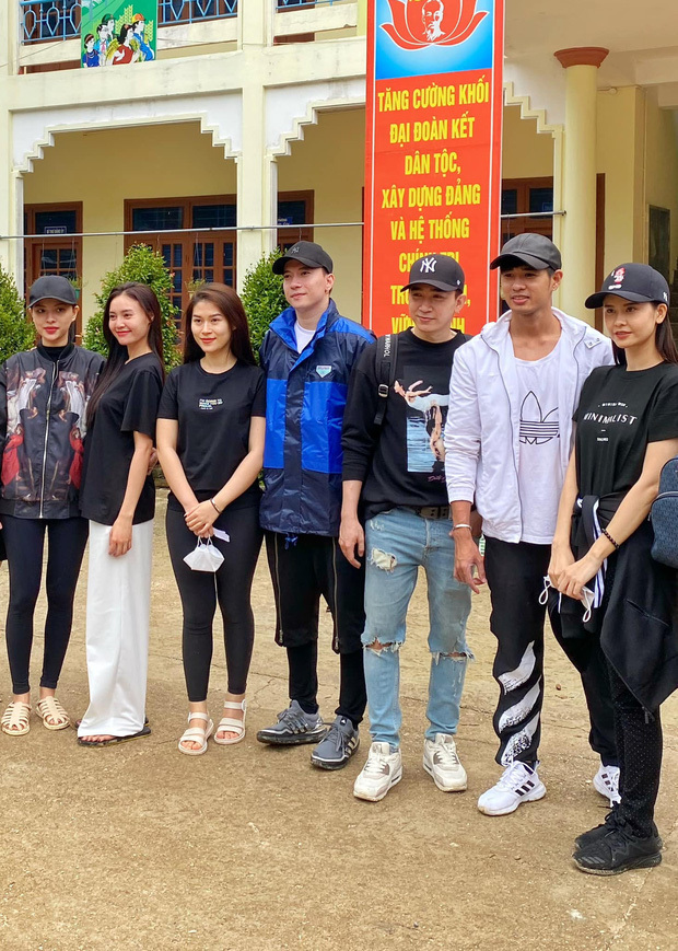 Lan Ngọc - Chi Dân bị soi đội mũ đôi trong chuyến cứu trợ miền Trung