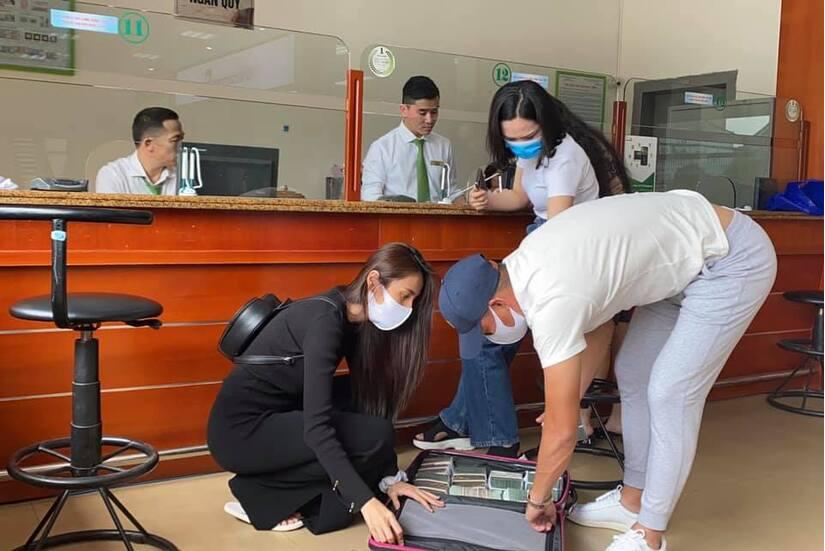 Vợ chồng Thuỷ Tiên và Công Vinh tiếp tục tới miền Trung cứu trợ bà con
