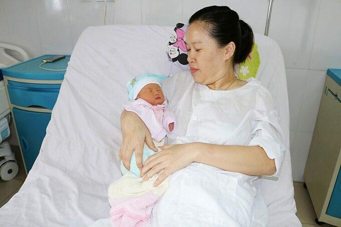 Cùng lúc mổ lấy thai và bóc tách khối u tử cung cho sản phụ 34 tuổi