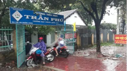 Không nhận được thông báo, học sinh vẫn đội mưa gió đến trường
