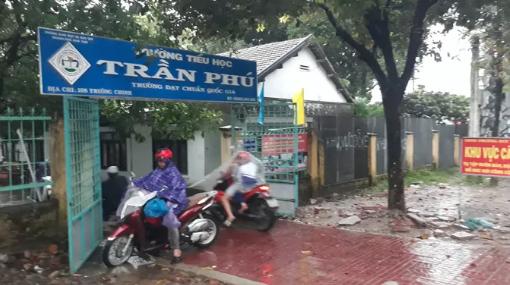 Học sinh đội mưa đến trường mới biết được nghỉ học