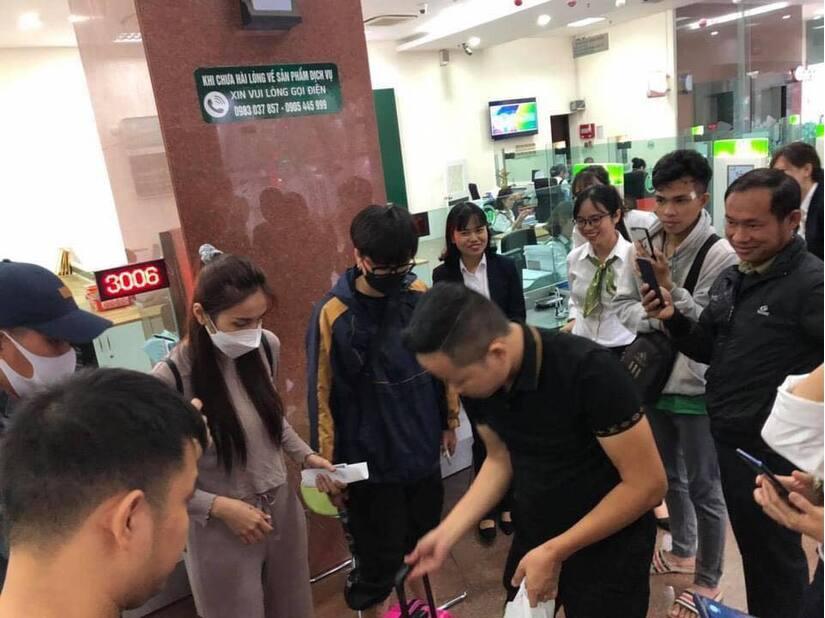 Công Vinh hộ tống Thủy Tiên đi rút thêm tiền viện trợ ở Quảng Bình giữa lúc mưa bão