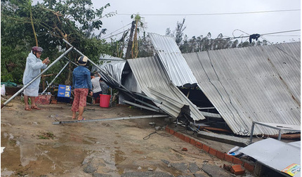 Bão số 9 giật cấp 15, hơn 500 ngôi nhà bị cuốn phăng mái