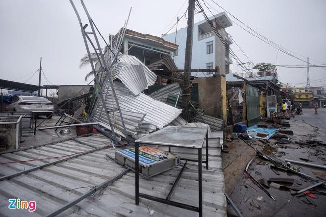 Bão số 9 giật cấp 15 đổ bộ, cuốn phăng mái hơn 500 ngôi nhà