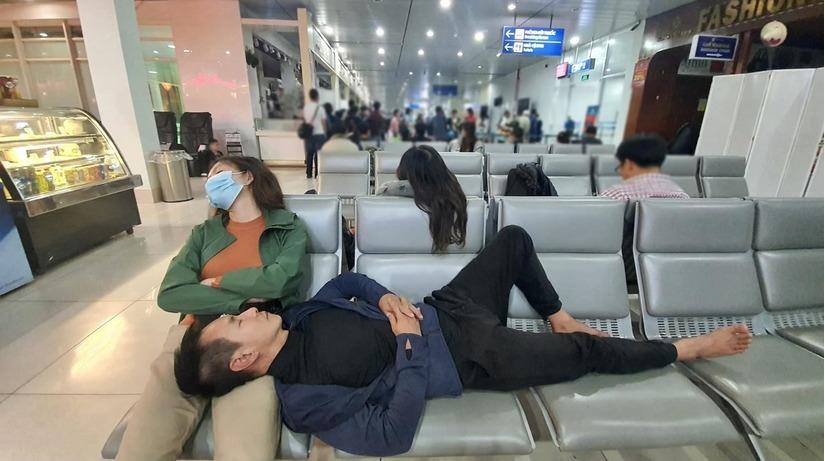 Đăng hình ngủ vội ở sân bay, vợ chồng Lý Hải bị antifan mỉa mai 'làm màu'