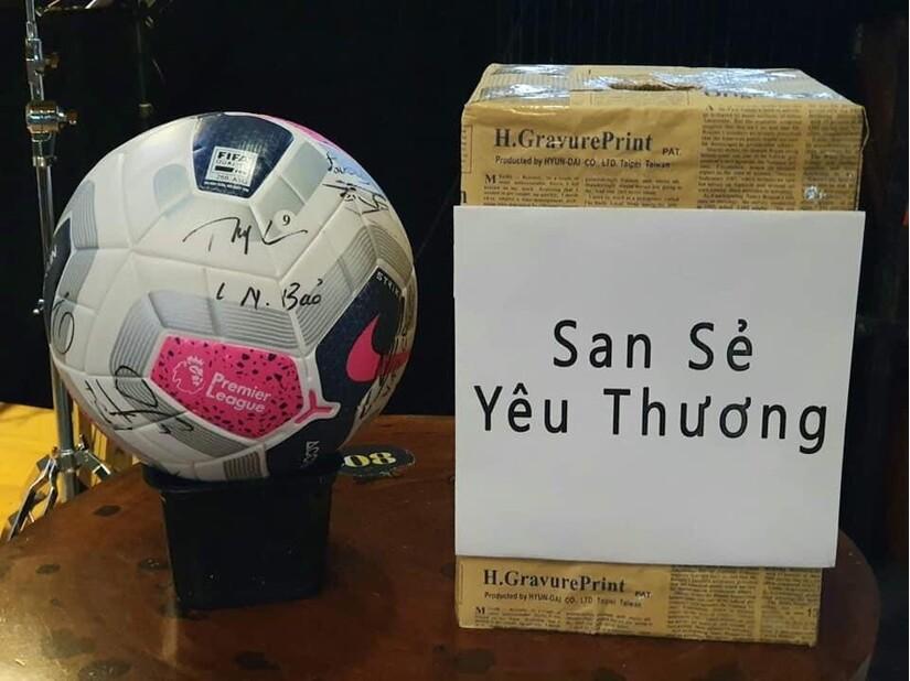 Đấu giá quả bóng có chữ ký của đội tuyển Việt Nam gây quỹ ủng hộ miền Trung