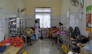 Hơn 40 học sinh đau đầu, buồn nôn sau khi ăn sáng ở khu vực ngoài cổng trường