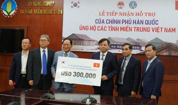 Hàn Quốc và Australia hỗ trợ đồng bào lũ lụt miền Trung