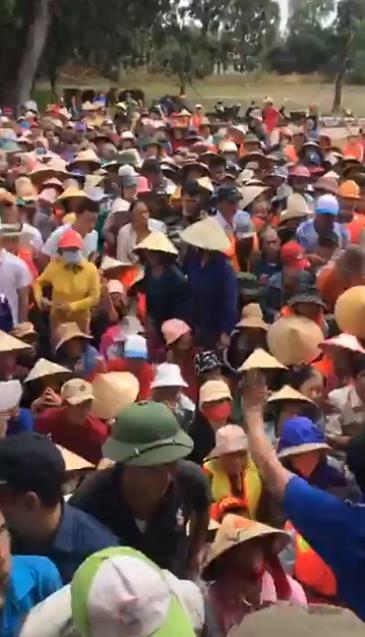 Thuỷ Tiên dừng phát tiền cứu trợ vì tình trạng người dân chen lấn hỗn loạn, thiếu an toàn
