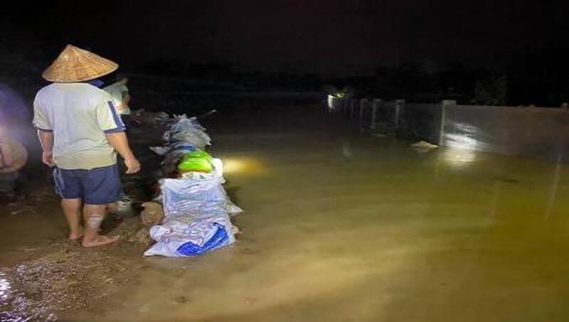 Hơn 400 người dầm mưa xuyên đêm đắp đê chống lũ ở Hà Tĩnh
