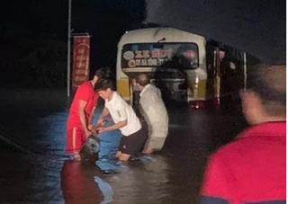 Xe buýt suýt bị cuốn trôi vì tài xế liều lĩnh đi vào đường ngập sâu