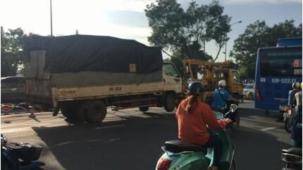 Nằm dưới gầm sửa xe, tài xế xe tải bị container tông tử vong