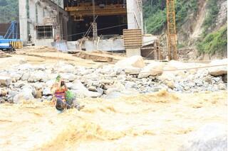 Công nhân thủy điện Đăk Mi 2 đu dây vượt sông 'dữ' thoát khỏi nơi bị cô lập