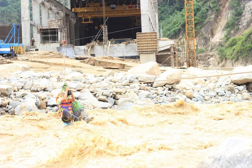 Công nhân thủy điện Đăk Mi 2 đu dây vượt sông 'dữ', thoát khỏi nơi bị cô lập