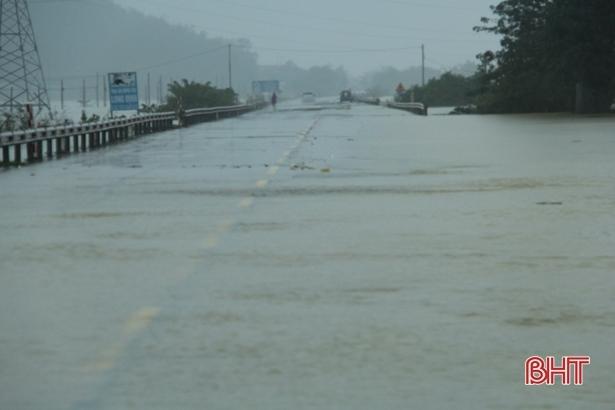 Mưa lớn kéo dài, quốc lộ 1 qua Hà Tĩnh lại tê liệt