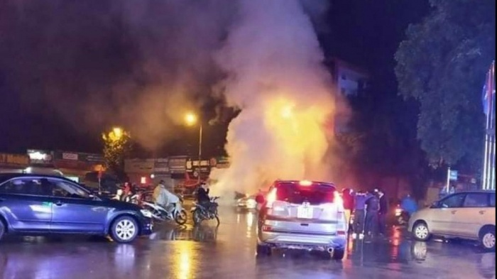 Ô tô cháy rụi giữa đường ở Lạng Sơn