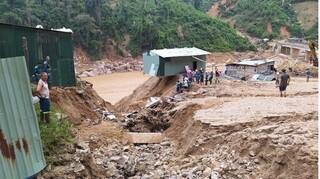 Gùi lương thực vượt rừng tiếp tế cho hàng nghìn hộ dân bị cô lập