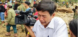 Xót xa hình ảnh phóng viên bật khóc khi thi thể một cháu bé được đưa lên từ bùn đất ở Trà Leng