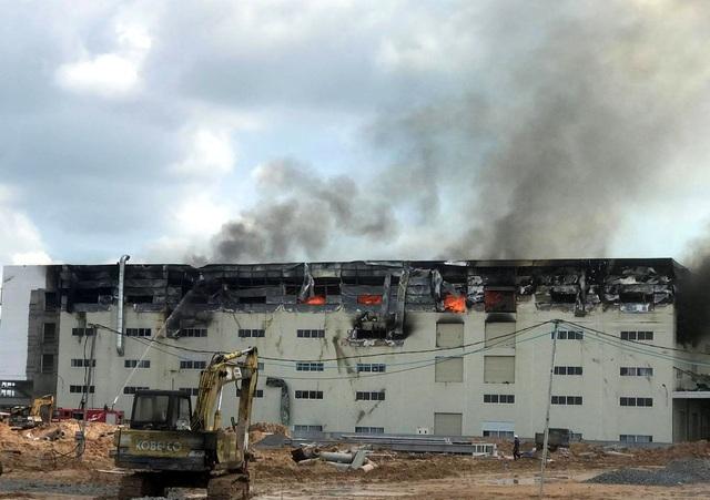 Cận cảnh vụ cháy kinh hoàng tại công ty sản xuất ghế sofa ở Bình Dương.4