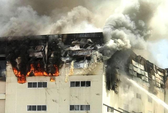 Cận cảnh vụ cháy kinh hoàng tại công ty sản xuất ghế sofa ở Bình Dương.1