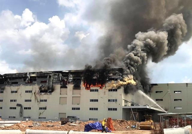 Cận cảnh vụ cháy kinh hoàng tại công ty sản xuất ghế sofa ở Bình Dương.3