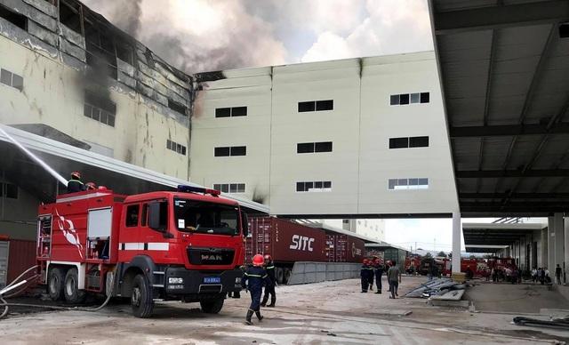 Cận cảnh vụ cháy kinh hoàng tại công ty sản xuất ghế sofa ở Bình Dương.2