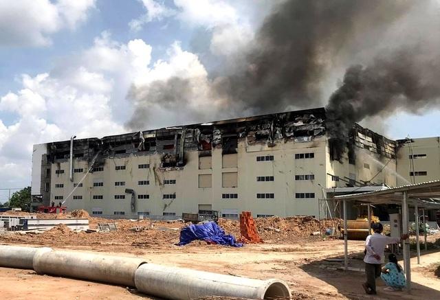 Cận cảnh vụ cháy kinh hoàng tại công ty sản xuất ghế sofa ở Bình Dương
