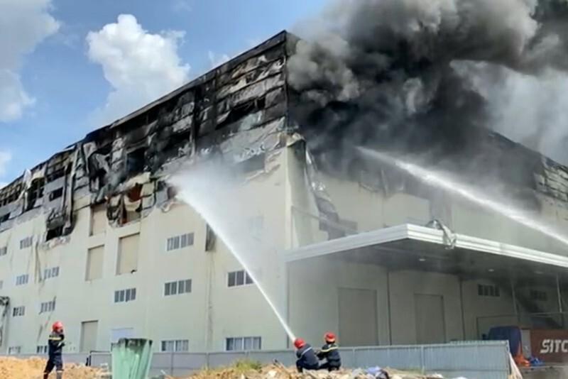 Cận cảnh vụ cháy kinh hoàng tại công ty sản xuất ghế sofa ở Bình Dương.8