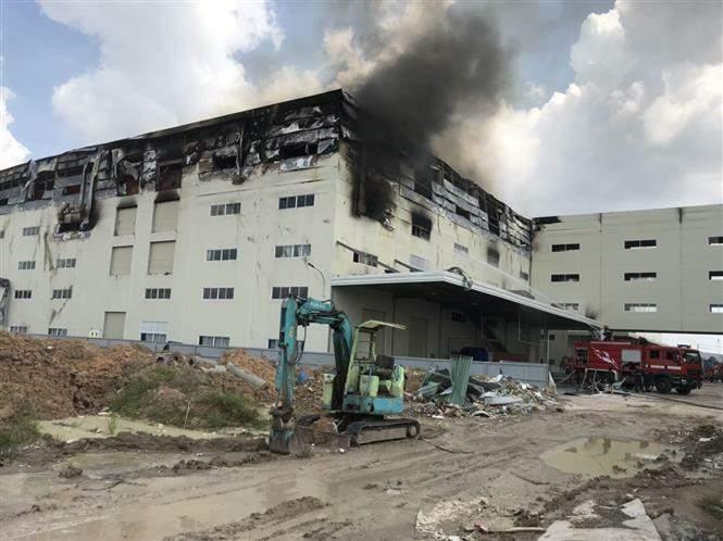 Cận cảnh vụ cháy kinh hoàng tại công ty sản xuất ghế sofa ở Bình Dương.6