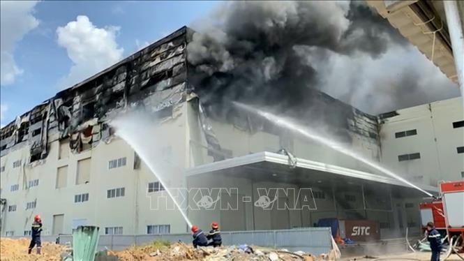 Cận cảnh vụ cháy kinh hoàng tại công ty sản xuất ghế sofa ở Bình Dương.5