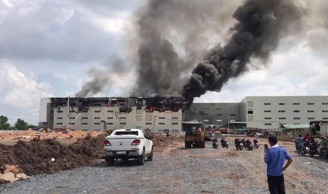 Cận cảnh vụ cháy kinh hoàng tại công ty sản xuất ghế sofa ở Bình Dương.7