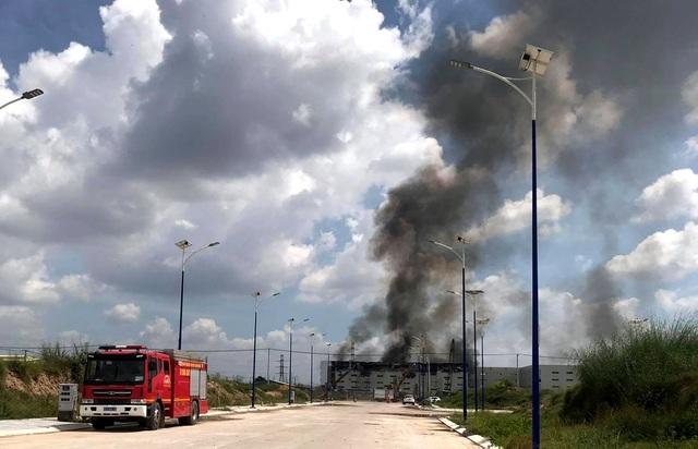 Cận cảnh vụ cháy kinh hoàng tại công ty sản xuất ghế sofa ở Bình Dương. 11