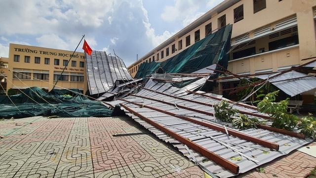 Hàng ngàn học sinh phải nghỉ học do dông lốc cuốn bay mái nhiều phòng học.3