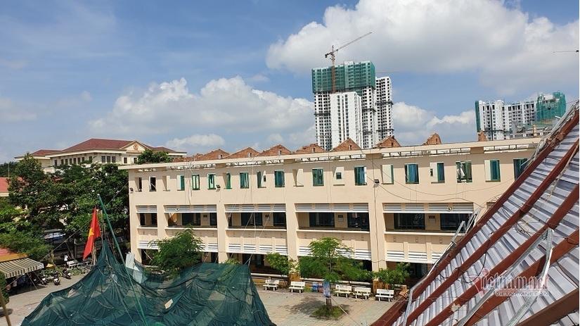 Hàng ngàn học sinh phải nghỉ học do dông lốc cuốn bay mái nhiều phòng học.6