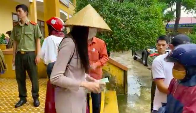 Chủ tịch xã nói gì khi Thủy Tiên dừng phát tiền cứu trợ ở Hải Lăng - Quảng Trị?