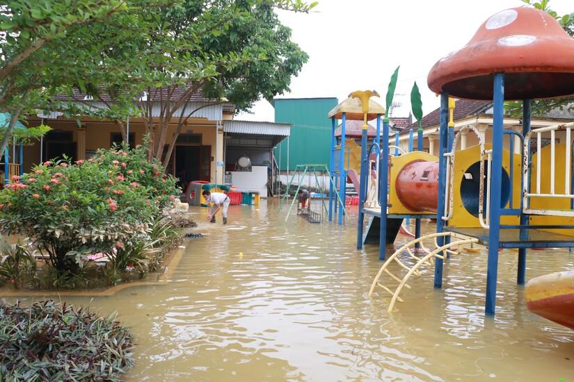 Hàng vạn học sinh Nghệ An, Quảng Trị chưa thể trở lại trường sau mưa lũ
