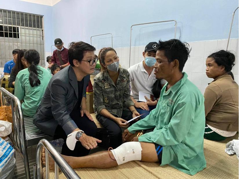 Hoa hậu H'Hen Niê lội bùn đến thăm nạn nhân sạt lở đất ở Nam Trà My