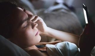 Sử dụng Smartphone trước khi đi ngủ: Giải trí một lúc ảnh hưởng sức khoẻ cả đời