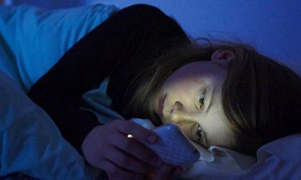 Dùng smartphone trước khi đi ngủ gây ảnh hưởng sức khỏe nghiêm trọng