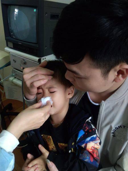 Bé trai bị ngạt, chảy máu mũi suốt 3 ngày do dây thun buộc tóc nằm trong hốc mũi