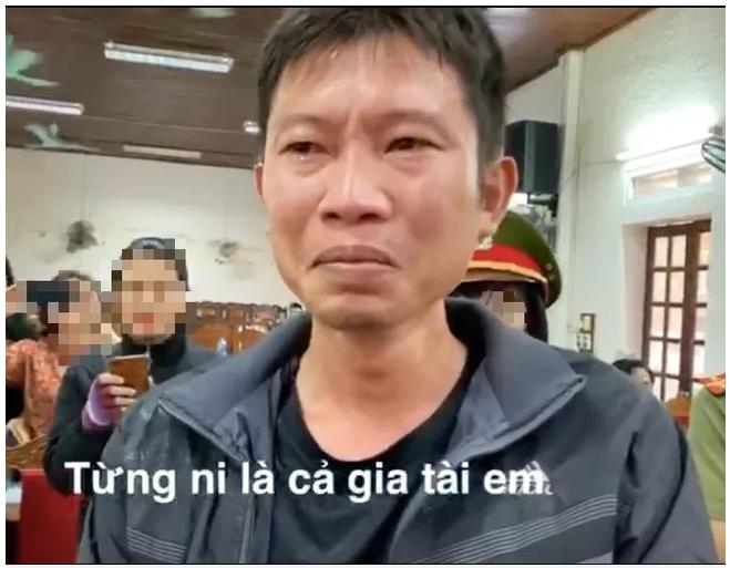 Thủy Tiên trao tiền 'khủng' khiến người đàn ông tại Nghệ An bật khóc nức nở